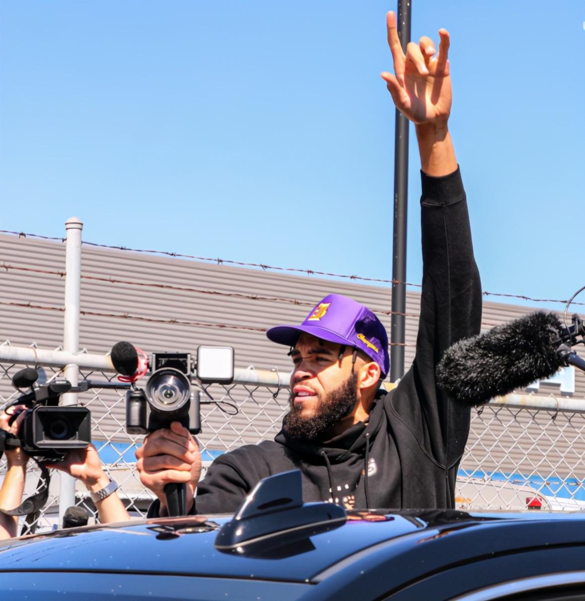 湖人发布球员抵达洛杉矶组图:老詹手捧奖杯,浓眉这眼神很好玩啊