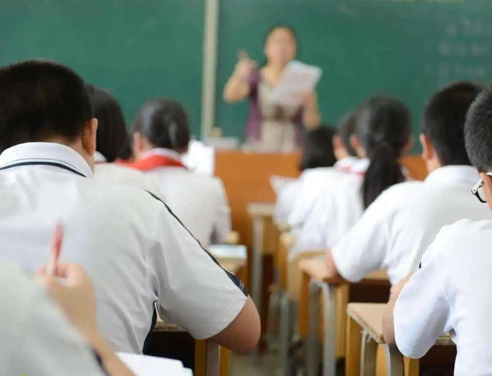 武汉一高考生作弊被取消成绩,帮人作弊有啥后果?不止进监狱一条