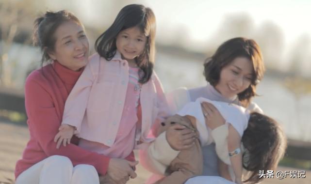 鍾嘉欣帶子女和媽媽同框出鏡賀母親節一家人牽手的背影合照很溫馨