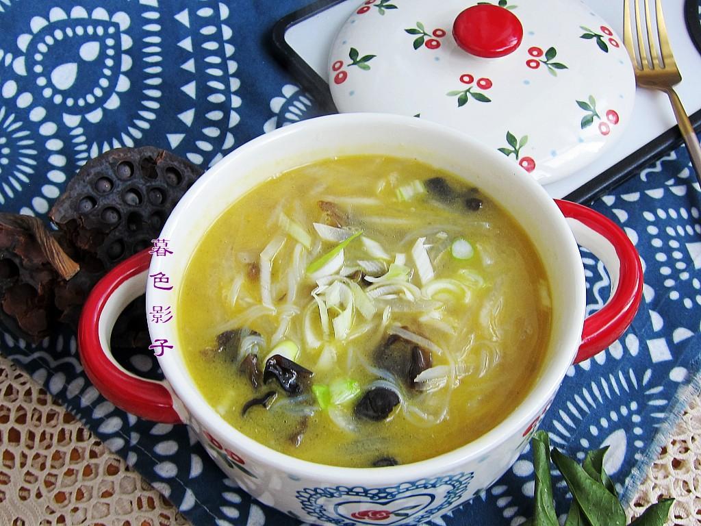 午餐炖锅汤,孩子好喜欢,连着喝2碗,清淡不油腻,味很鲜