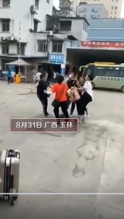 """广西玉林 车站拉客女子已被约谈处罚  被拉扯男子吓到大喊""""抢劫"""""""