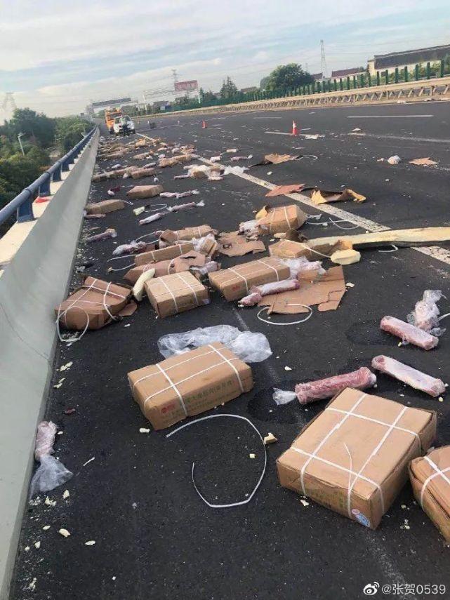 货车遭遇事故,7吨猪肉被村民疯抢,车主苦苦哀求也没用....