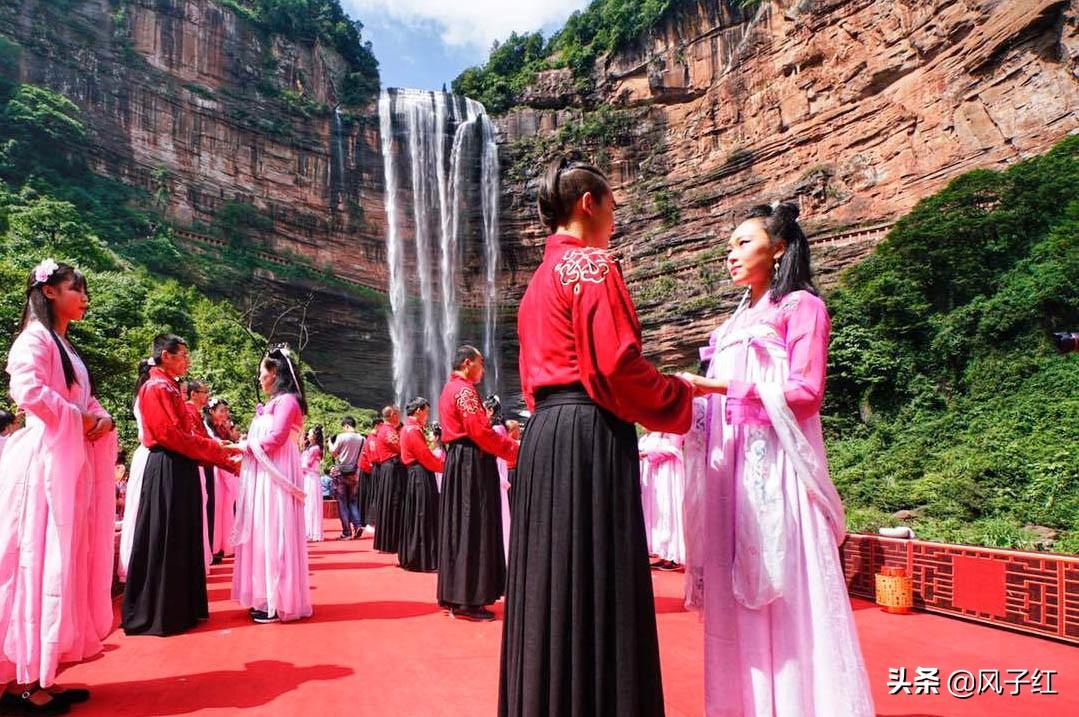 """重庆一瀑布像""""心"""",比黄果树瀑布高一倍,渝川黔1.5小时通达"""