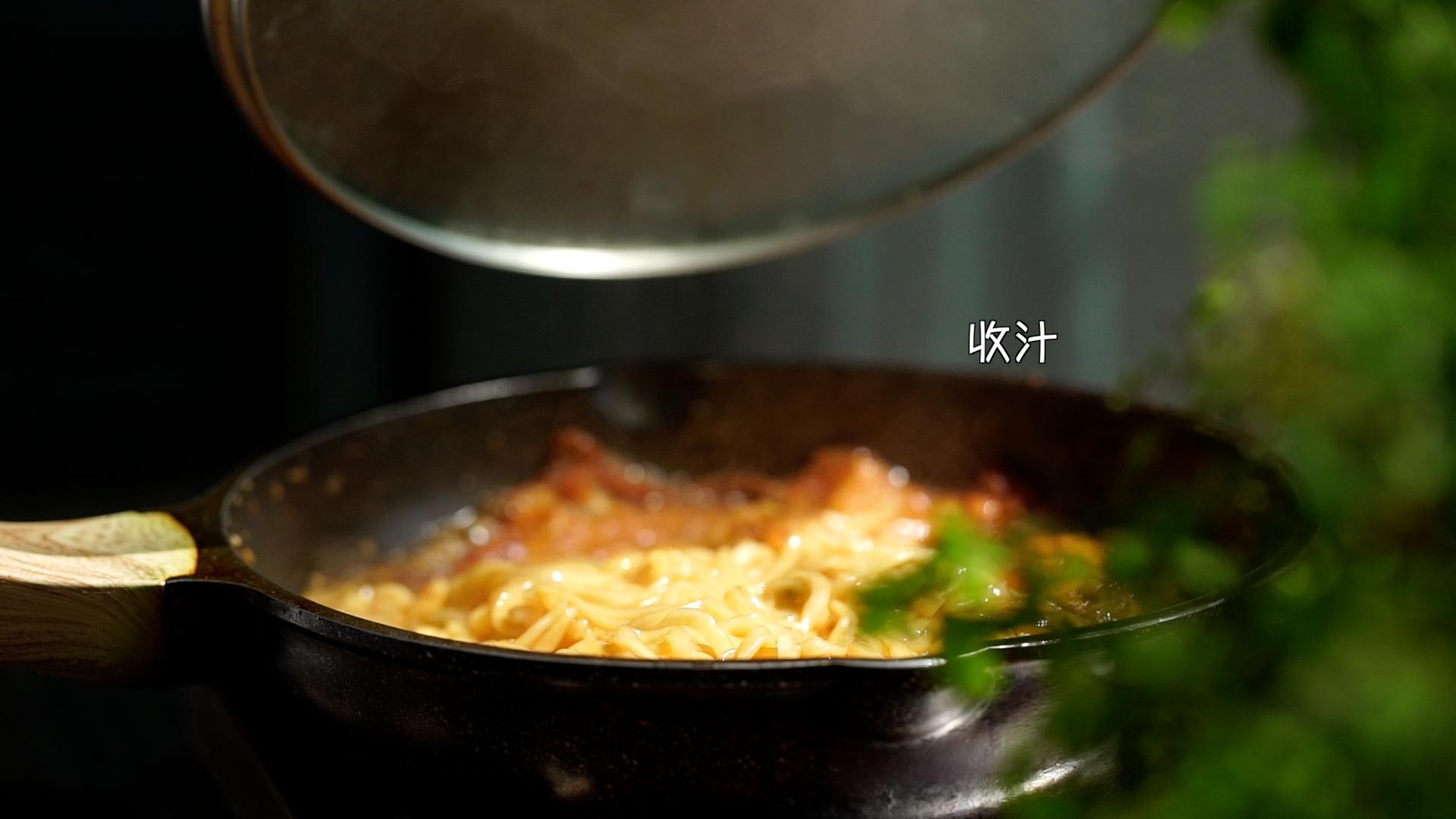 用家里仅剩的面条,做出了刷爆全网的焖面,只要两种简单食材