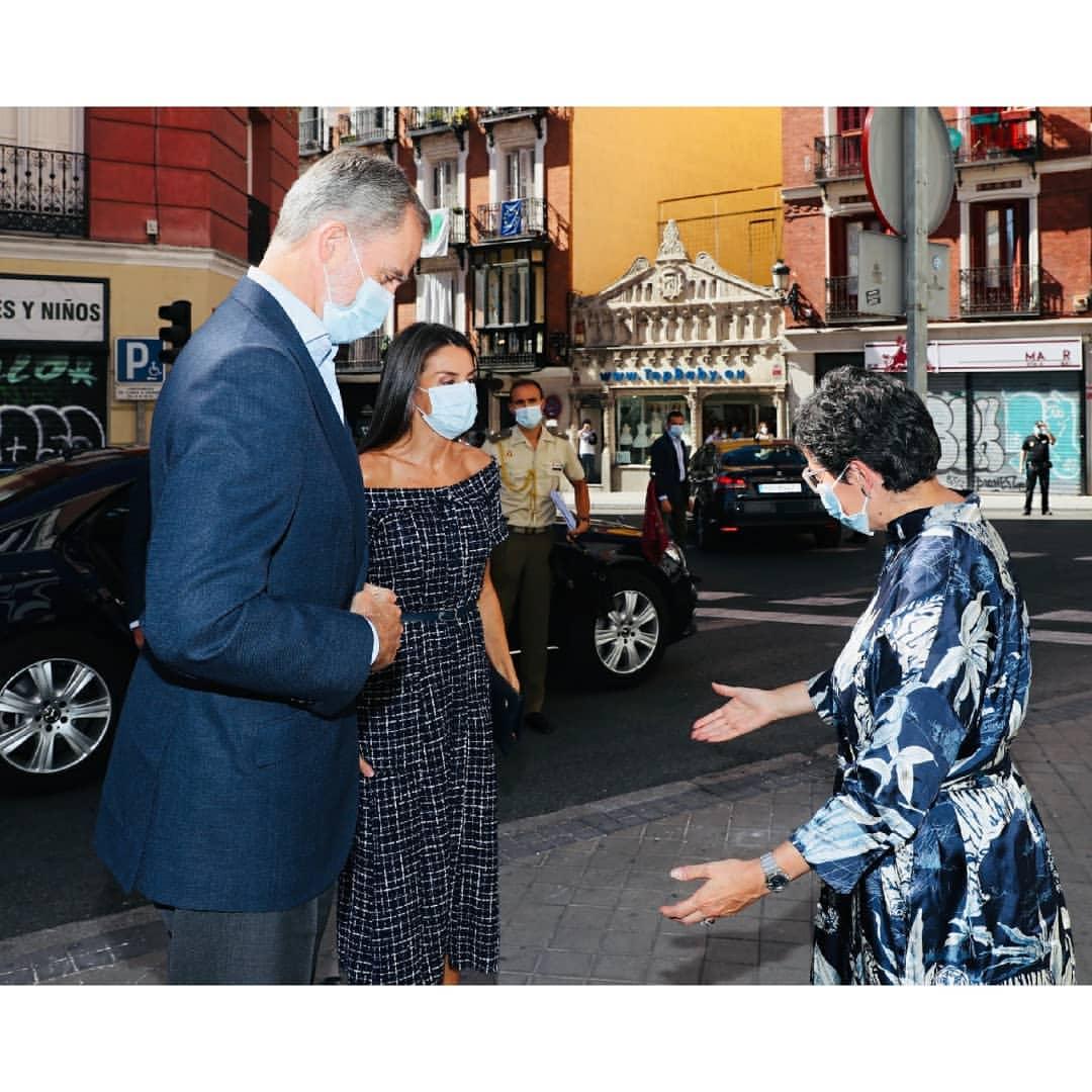 西班牙王后罕见穿露肩裙出席活动,48岁直角肩麒麟臂优越,慕了