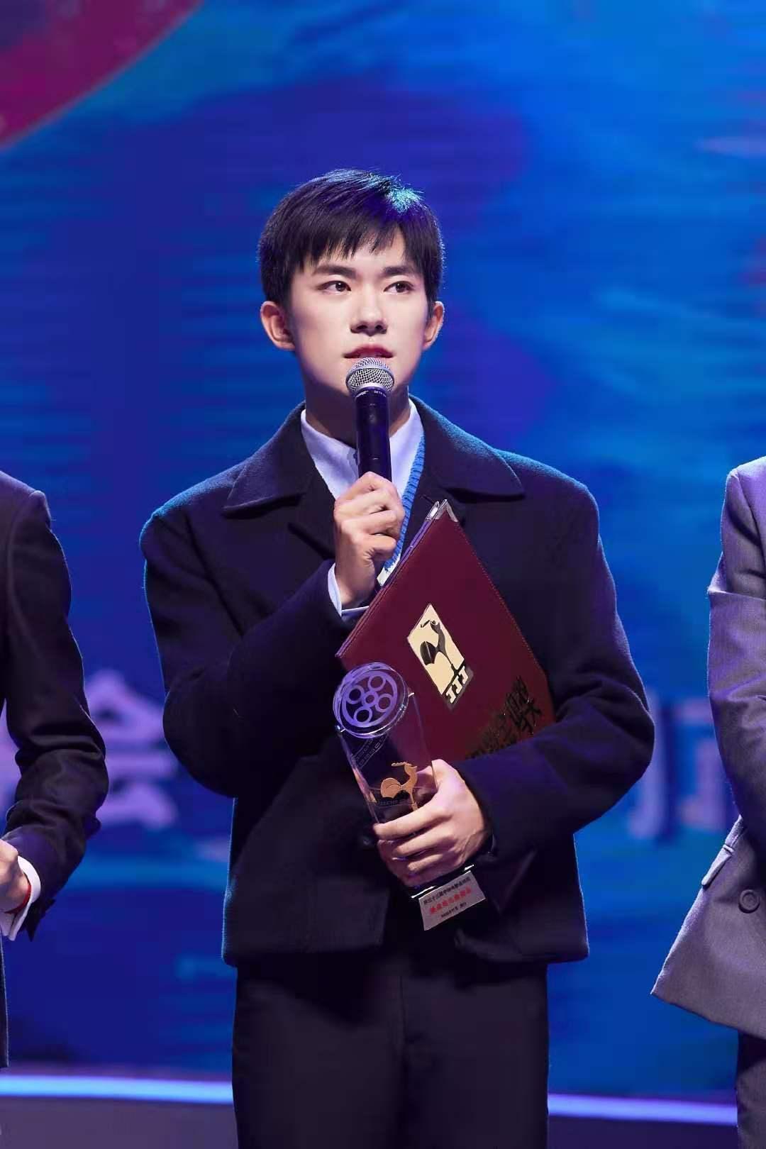 """华丽蜕变!易烊千玺提名金鸡奖最佳男主,黄晓明求""""轻拍"""""""