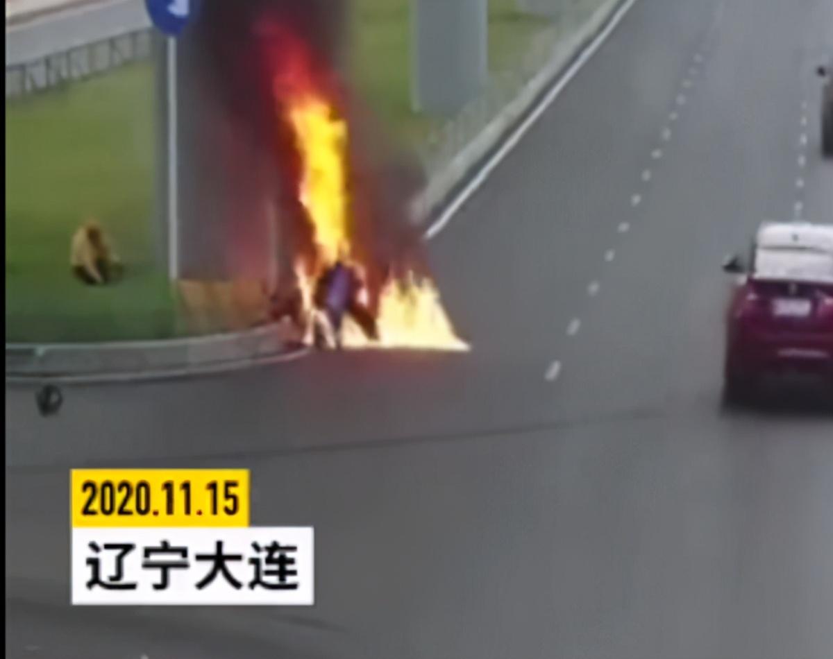 外卖小哥骑车撞上桥墩,同行停车从火中救人,称:不救会后悔一生