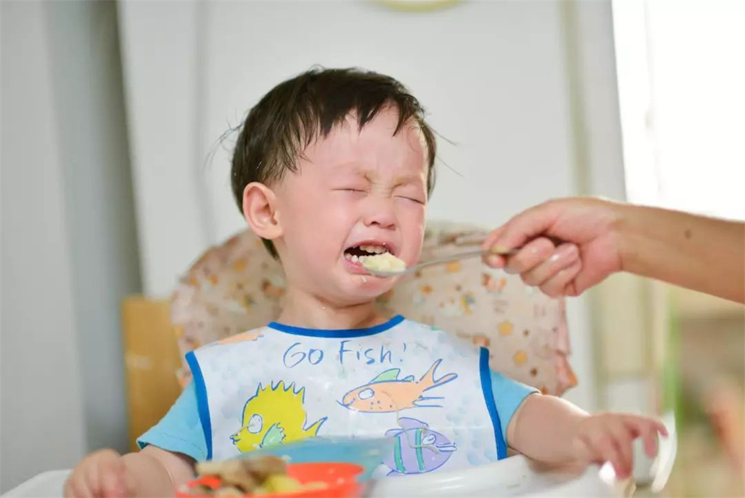 孩子异物卡喉?这个教科书式的急救方法,每个家长都该掌握
