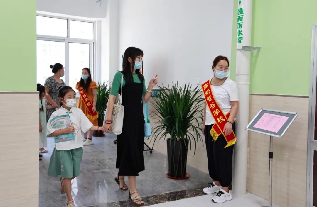 惊艳亮相!潍坊高新智谷学校开门迎新,现场确认井然有序