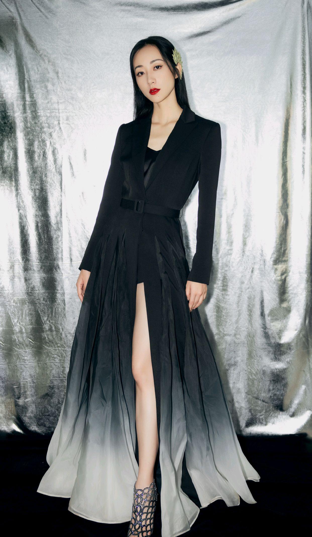 韩雪高级穿搭又来了,渐变色西装裙配直发造型,干练又不乏时尚感