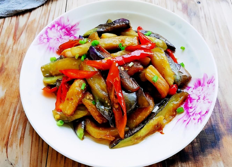 炒茄子时,不要着急下锅炒,教您一招,茄子炒好不发黑,不油腻 美食做法 第2张