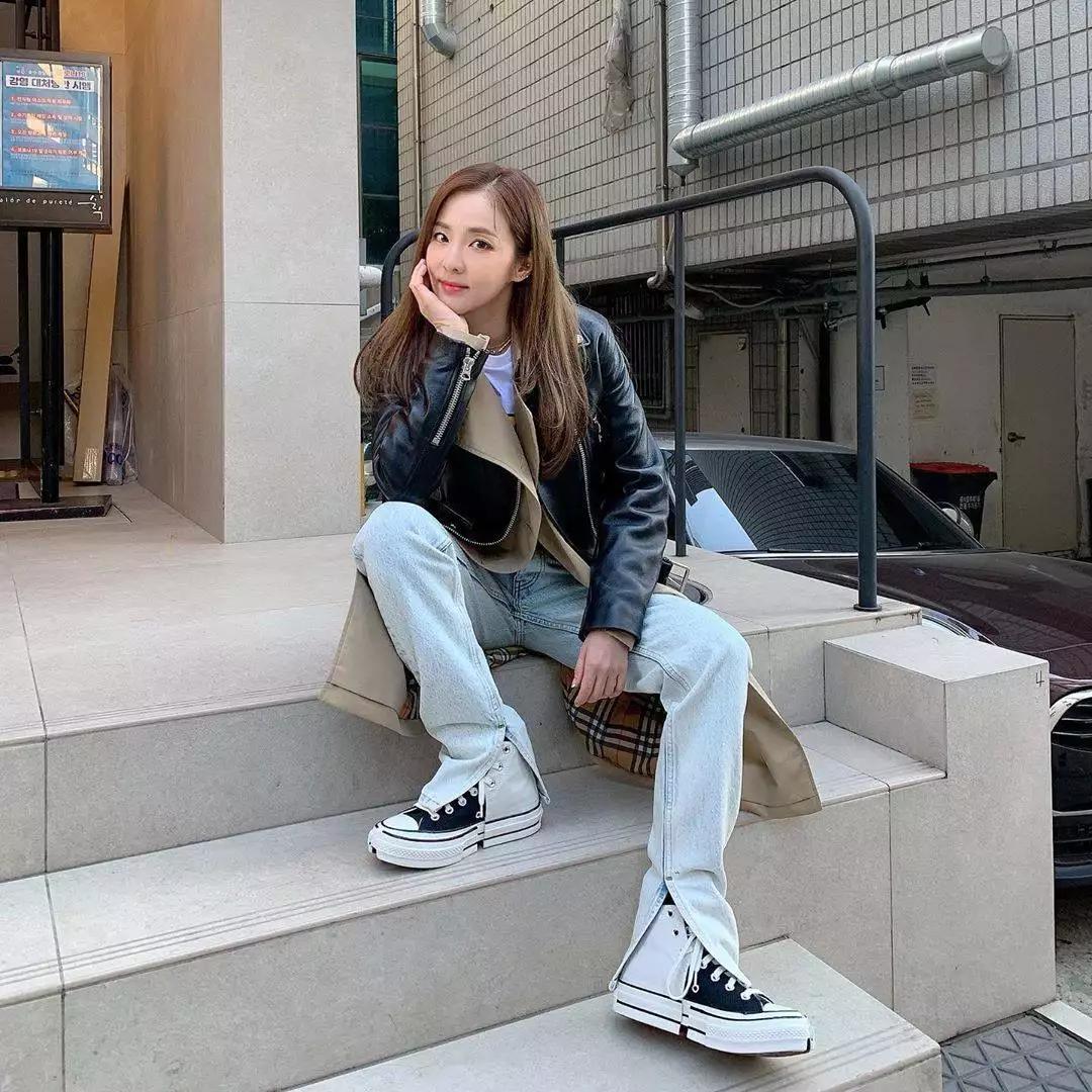 今年36岁,2NE1朴山多拉Dara与后辈合照,展惊人颜值