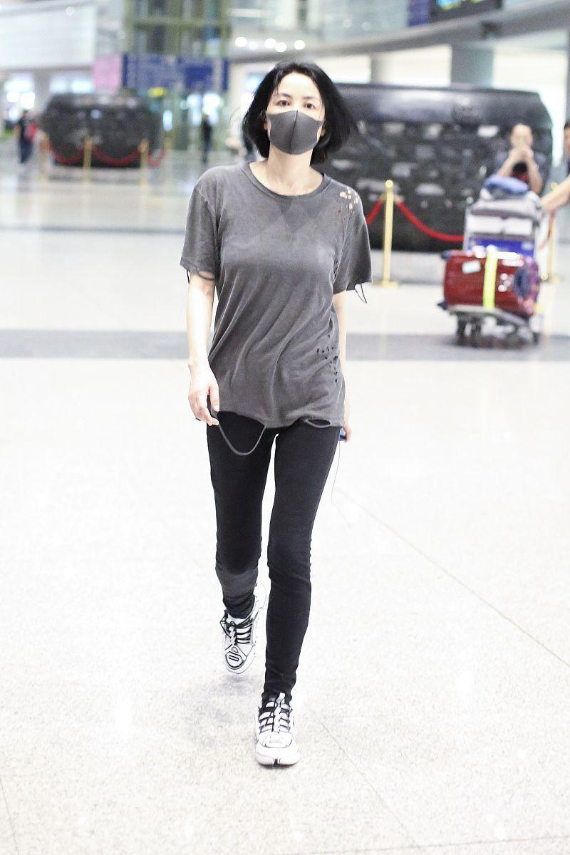 """王菲带二女儿李嫣走机场,又现简约穿搭,李嫣比妈妈更""""佛系"""""""