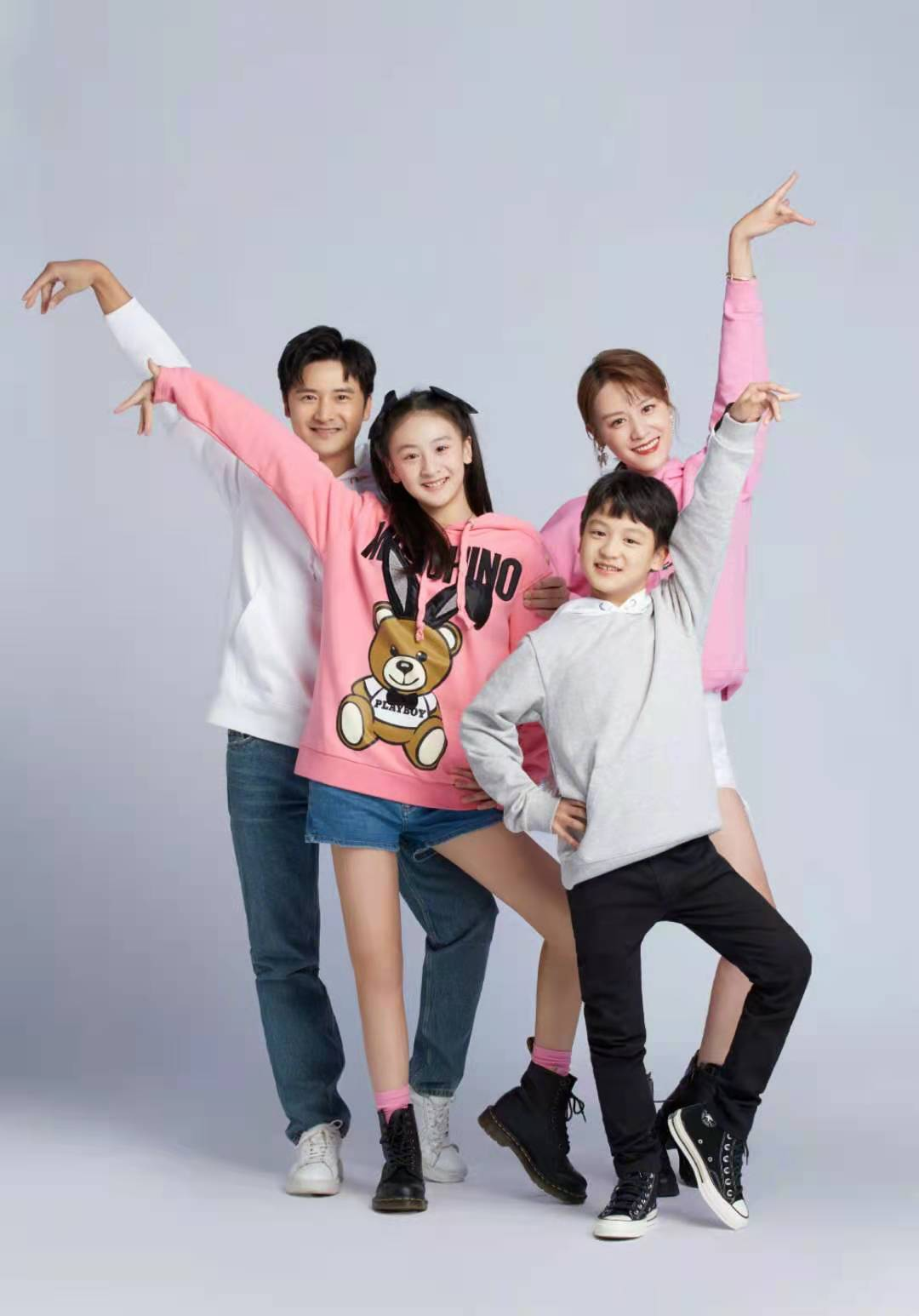 田亮一家四口有纪律,连穿亲子装都整整齐齐,不愧是奥运冠军家庭