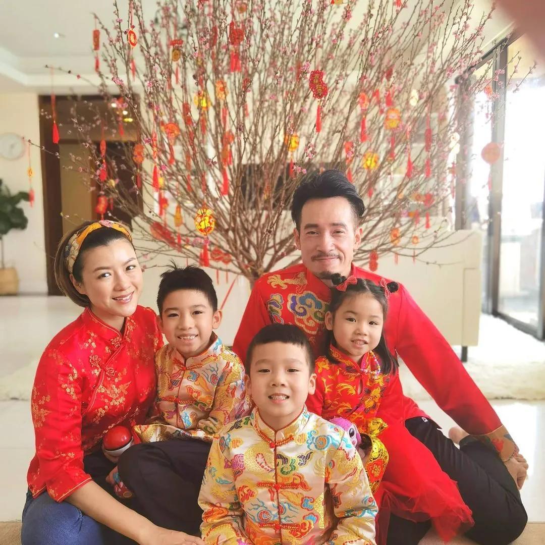 陳茵媺連續4年拍同款新年全家福,一家五口幸福美滿惹人羨