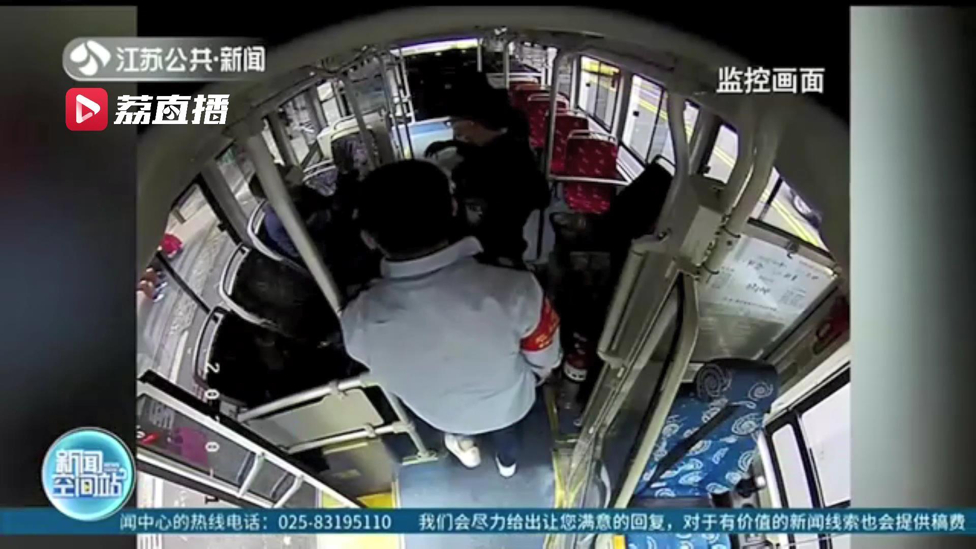 暖心!盲人赶公交敲碎车玻璃 公交司机:不要你赔