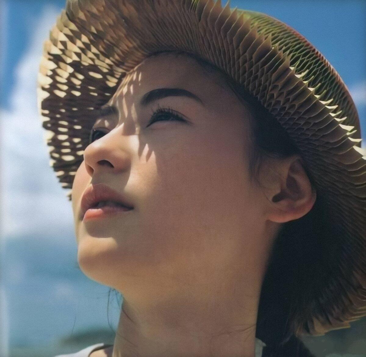張柏芝再拍《任何天氣》寫真,與22年前無差別,時過境遷人未變