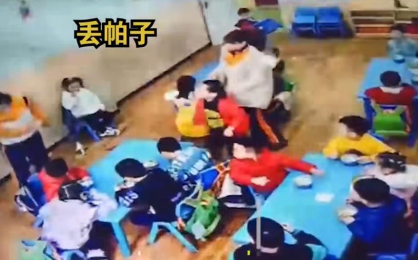 雅安一幼儿园内熊孩子发脾气,朝老师扔板凳,监控记录全过程