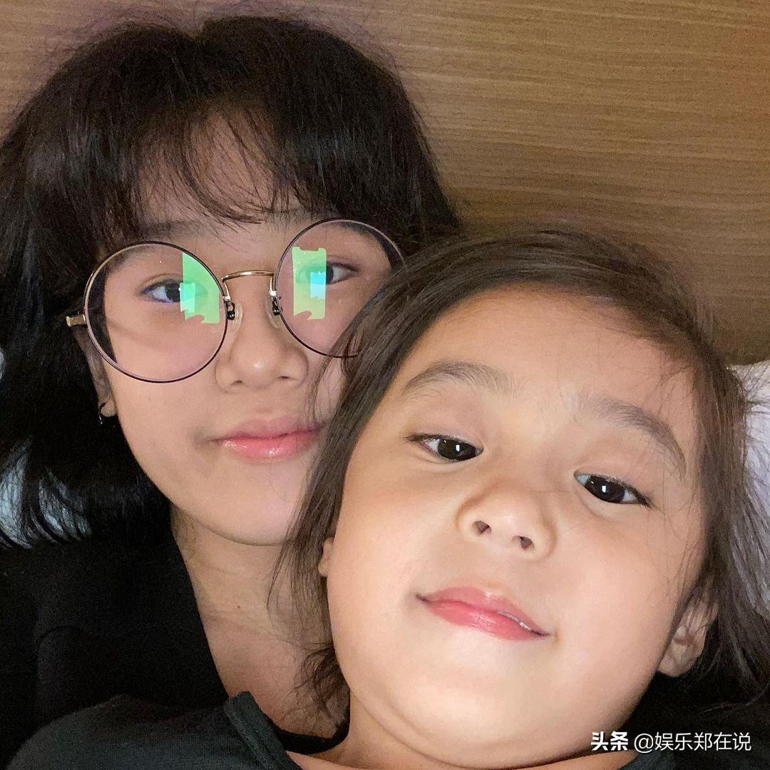 梧桐妹曬和咘咘戴眼鏡同框照,Bo妞換牙僅剩兩顆小虎牙成功搶鏡