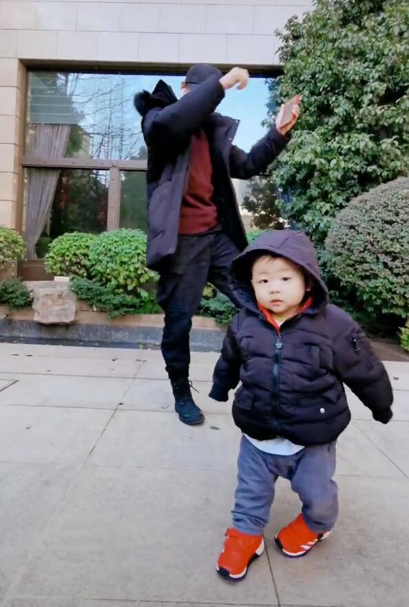 张晋带儿子出镜,鱼蛋眼神呆萌,不动抢到C位,张晋满眼都是儿子