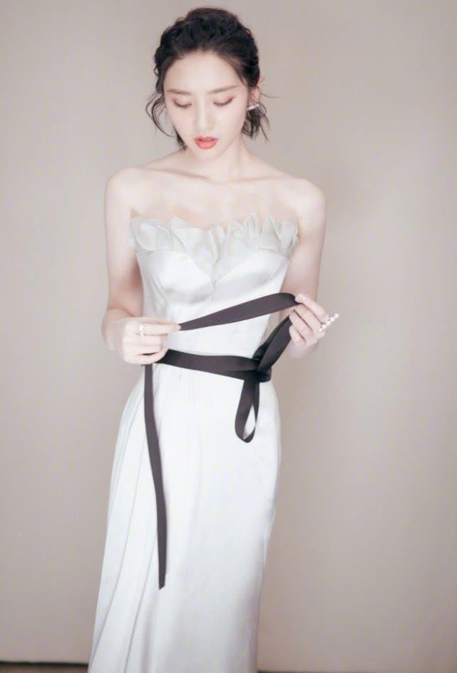 """唐艺昕婚后有多美?看她穿白裙特意系一条""""安全戴"""",腰方了"""