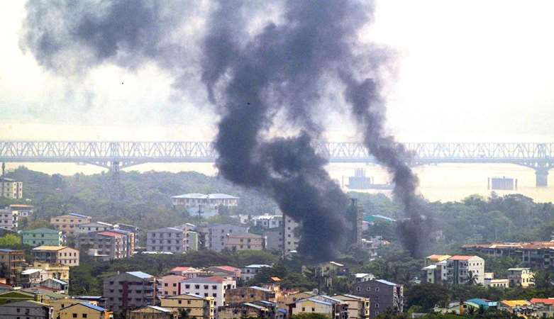 在缅甸,军用战斗机飞过城市上空,数万人撤离