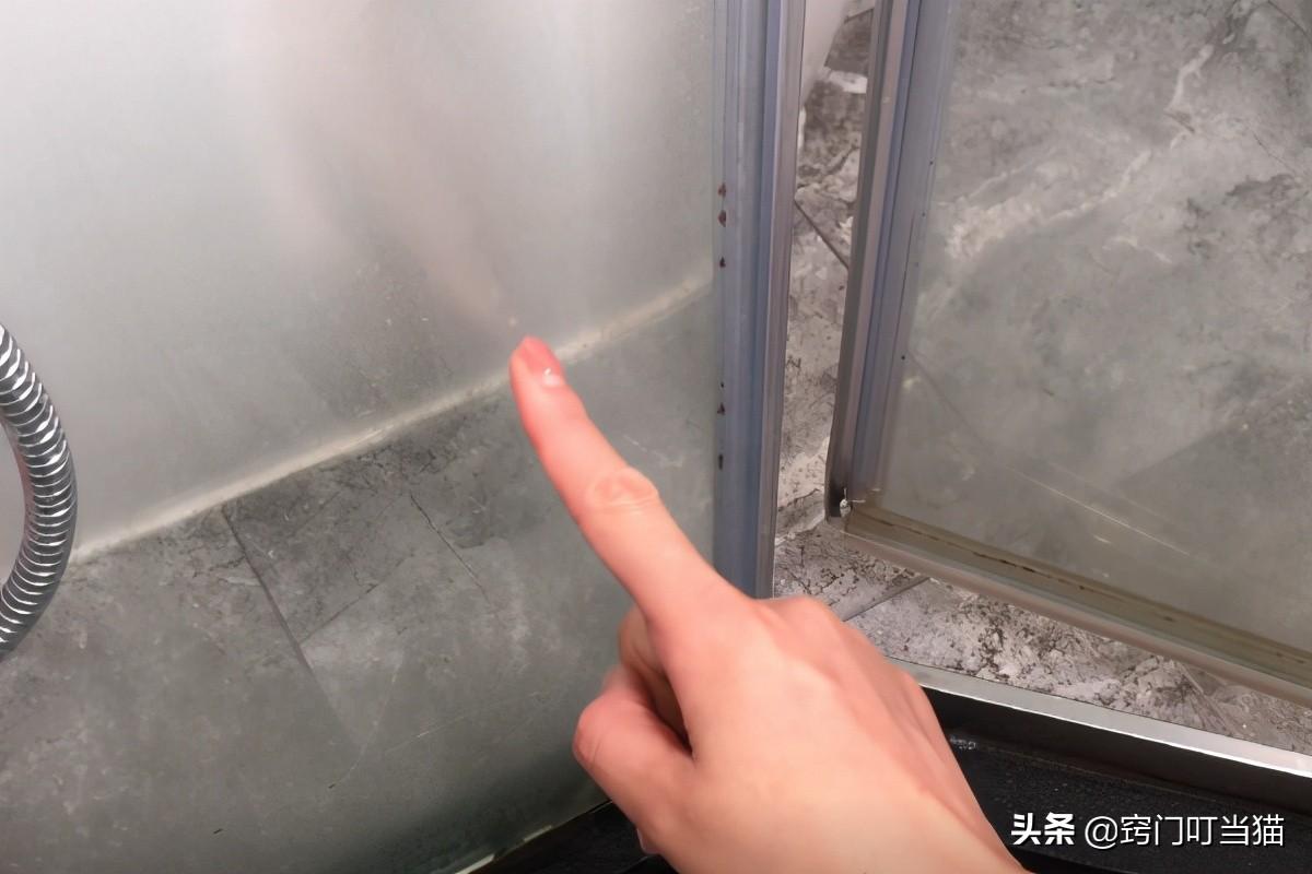 浴室玻璃總有水垢擦不干凈?教你清潔妙招,輕輕一擦水垢全去除
