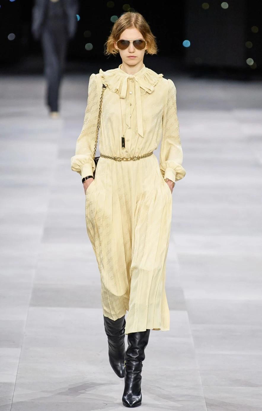 """建议皮肤黄的女性,少穿黑白灰!多穿这三种""""颜色"""",非常显气质"""