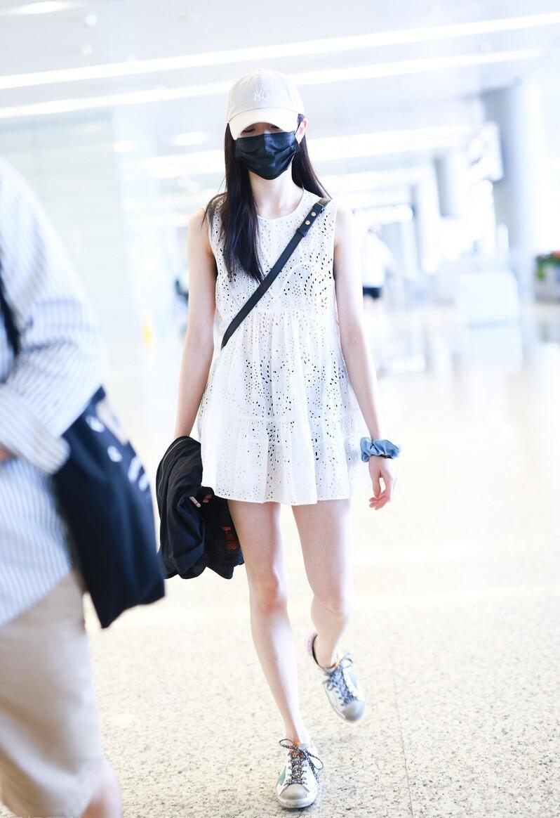 """现在的00后胆子真大,21岁刘浩存穿""""镂空裙""""走机场,造型很抢眼"""