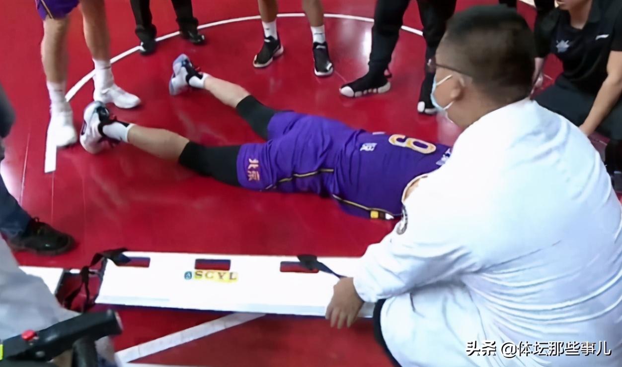 惨烈!王睿泽面部出血了,王少杰脚踝扭伤,孙悦要用担架抬出场