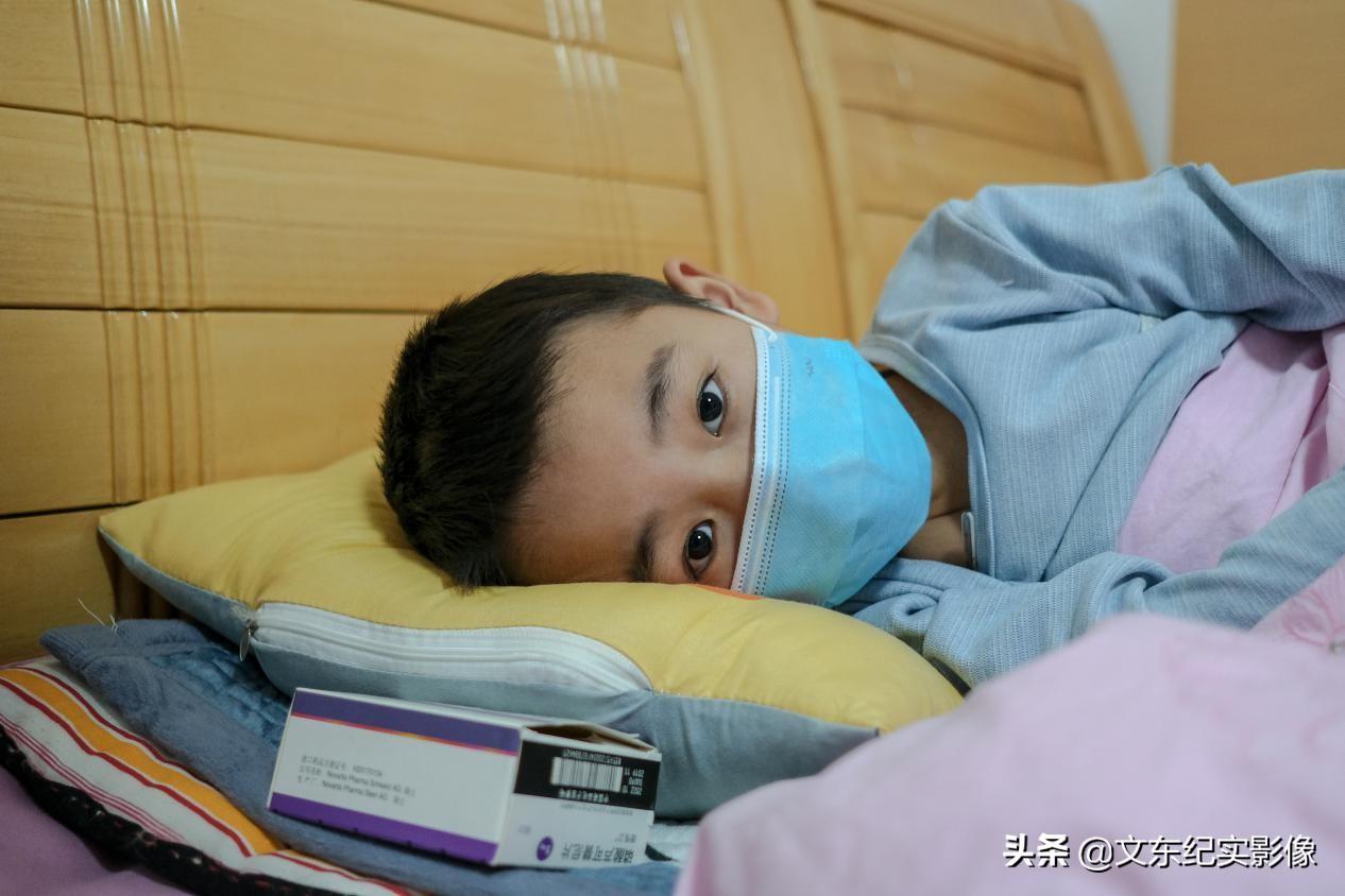 8岁男孩身患重病,治疗须拔光牙齿,他不哭不闹,令父母心如刀绞