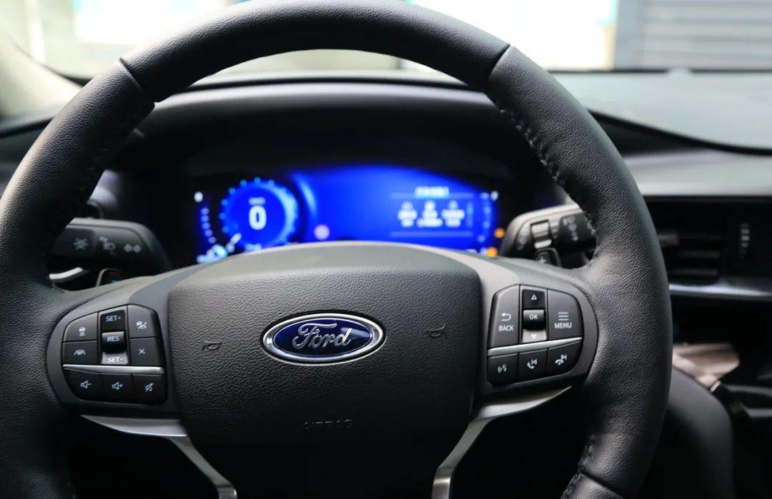 30多万预算,中大型福特探险者和BBA豪华中型SUV怎么选?