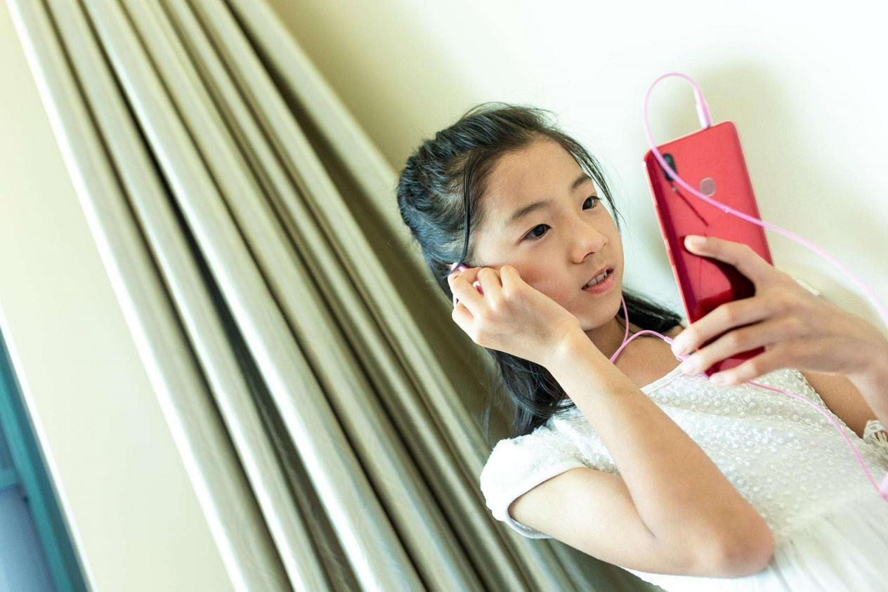 """曹格為10歲女兒慶生,""""開掛式顏值""""太吸睛,網友:最美星二代"""