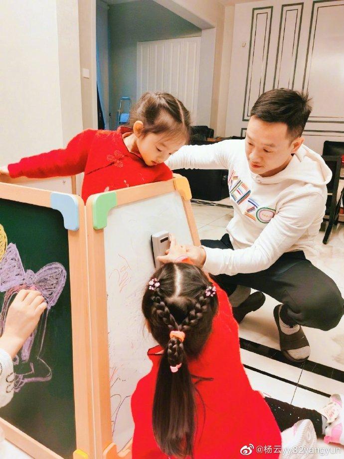 杨威带双胞胎女儿做手工,父女仨面对面像照镜子,豪宅奢华有品位