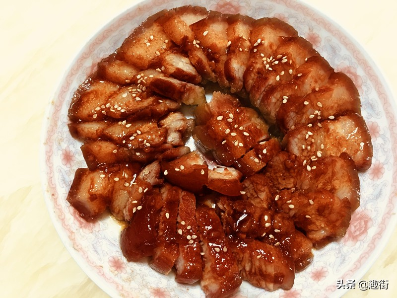 蜜汁叉燒的家常做法,把豬肉醃一醃,扔進電飯煲按下煮飯鍵即可