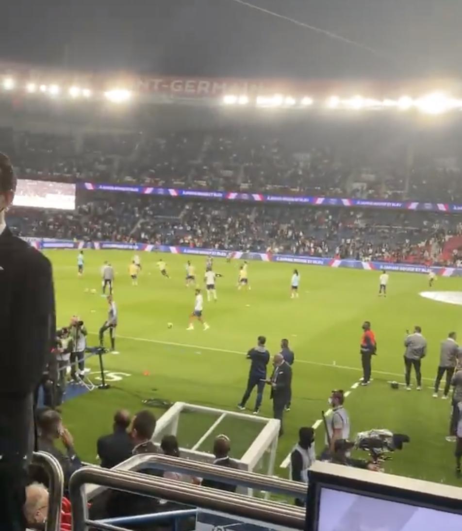 周杰伦携昆凌巴黎观战梅西球赛,赛前播放《Mojoto》周董直呼惊喜