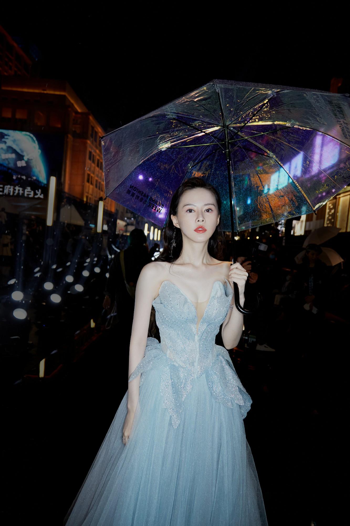 云千千出席北京时装周闭幕盛典 一身冰蓝色花瓣闪钻礼服 吸睛无数
