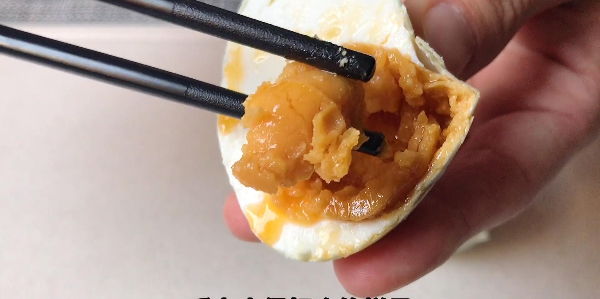 把白酒倒进鸭蛋里,真是厉害了,个个翻沙流油,吃着满嘴留香 美食做法 第18张