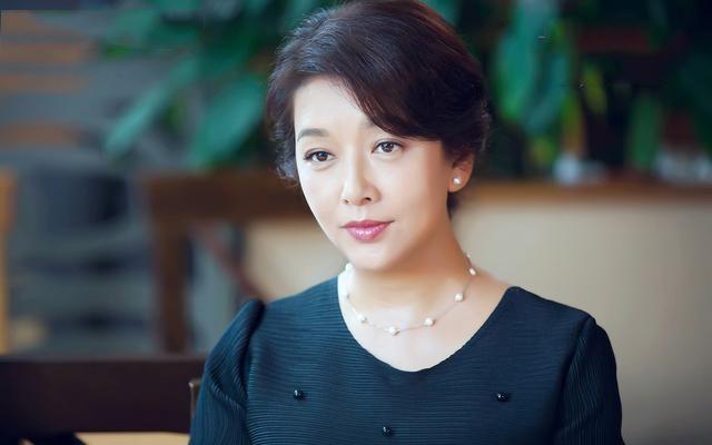 当53岁江珊遇上54岁蒋雯丽,气质和气场大相径庭,各有千秋