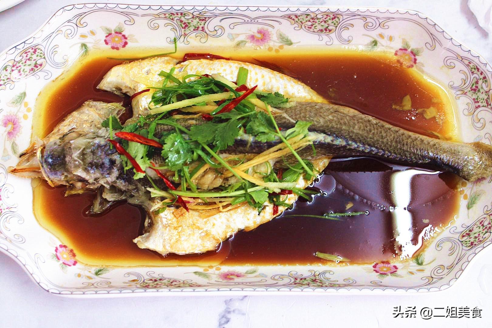 做清蒸魚時,牢記別放鹽和料酒,教您3個技巧,魚肉不腥也不柴