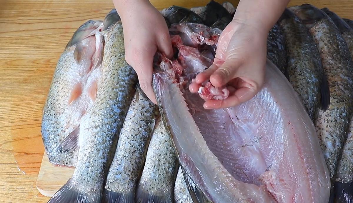 年前该做腊鱼了,不要马上就撒盐,几种调料制作就很好吃