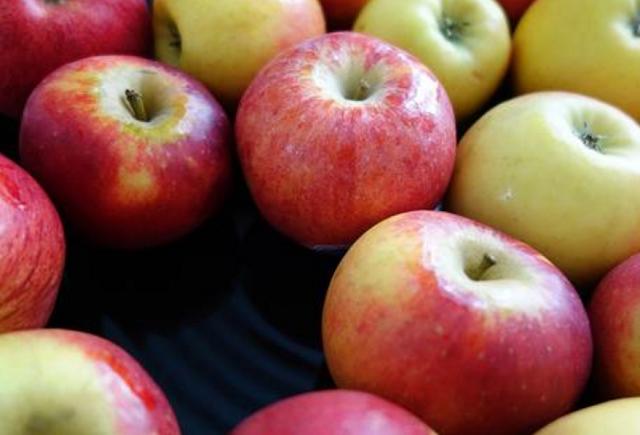 買蘋果,不是越紅越好,謹記這4個竅門,蘋果清甜響脆又好吃