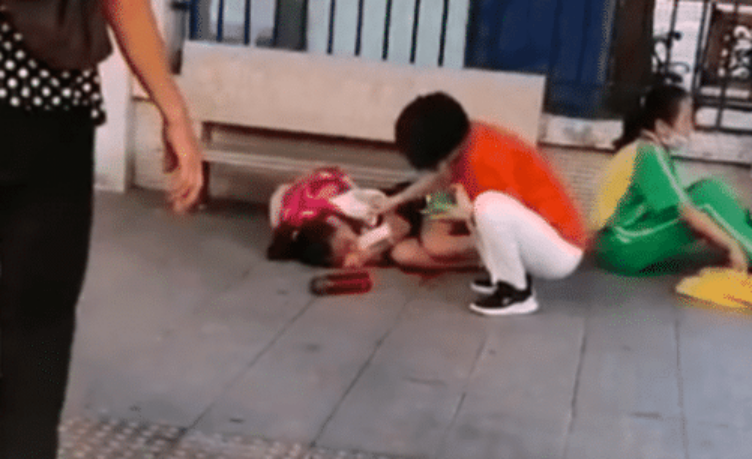 广州番禺一小学门口发生持刀伤人事件,部分伤者情况严重,目前还在抢救中