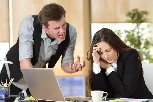 同事经常甩锅和命令我做事,怎么办?4个策略,避免被人随意使唤