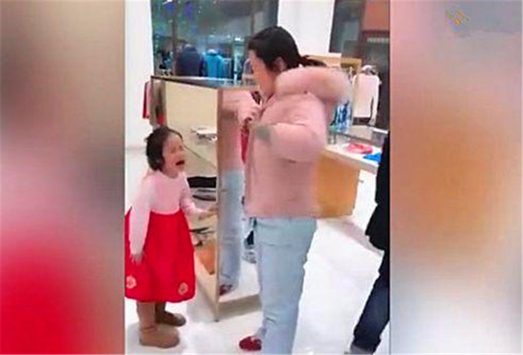 因为愿望没得到满足,五岁女儿连踢妈妈三脚,爸爸的做法收获高赞