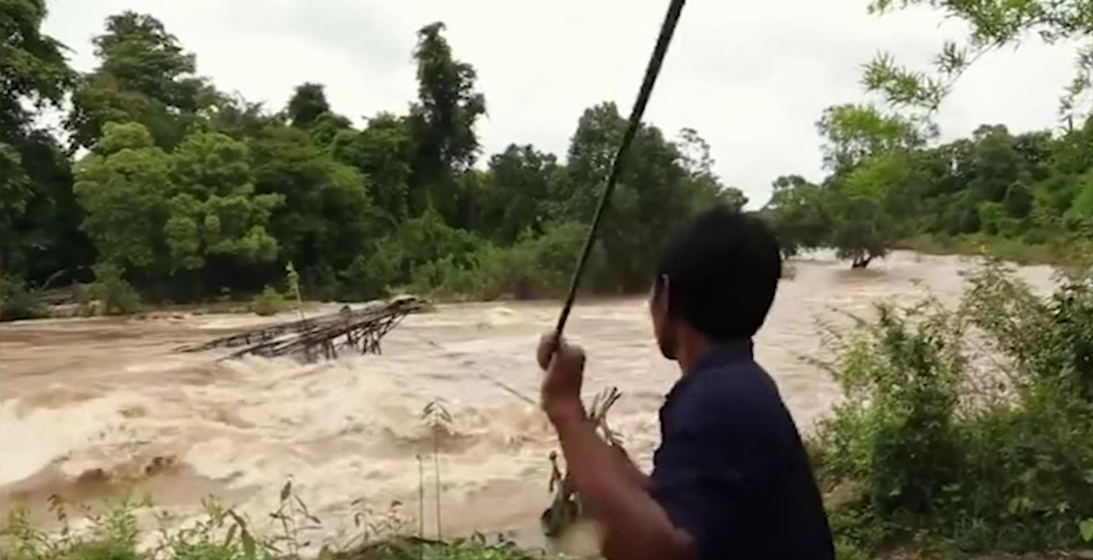 湄公河捕魚人:在湍急的洪水中抓魚,稍不注意就會死亡