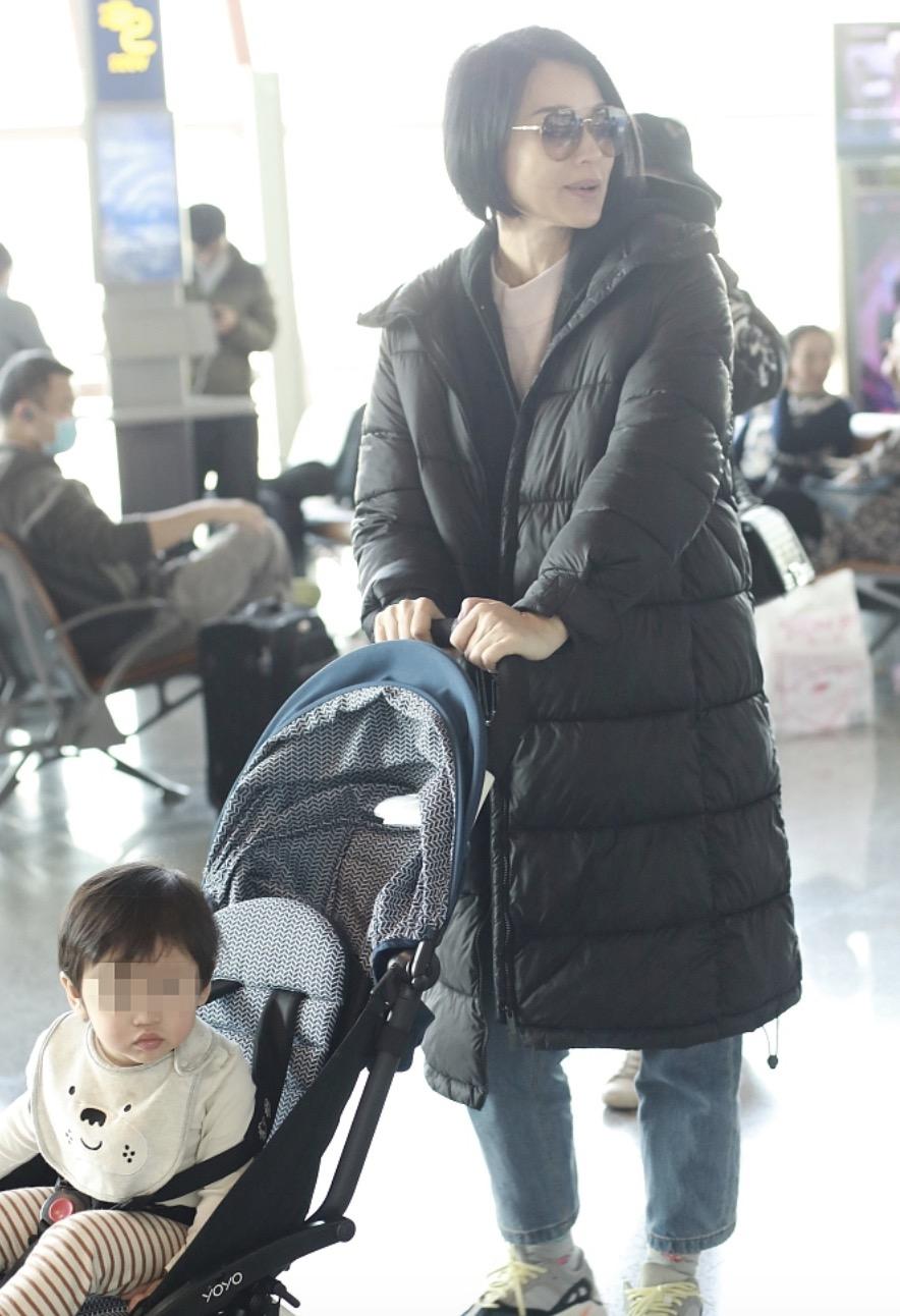 胡杏兒帶娃現身機場,偶遇黃夢瑩熱聊,兒子好奇張望萌態十足