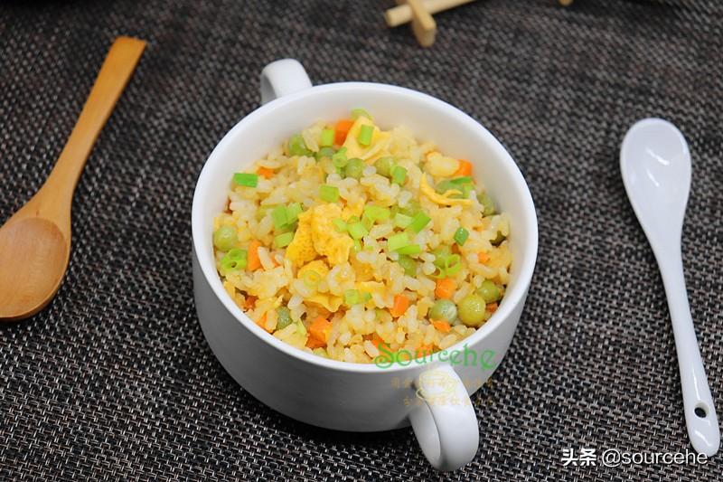 蛋炒飯時多加一步,米飯變金黃色,粒粒分明潤而不膩,出奇美味