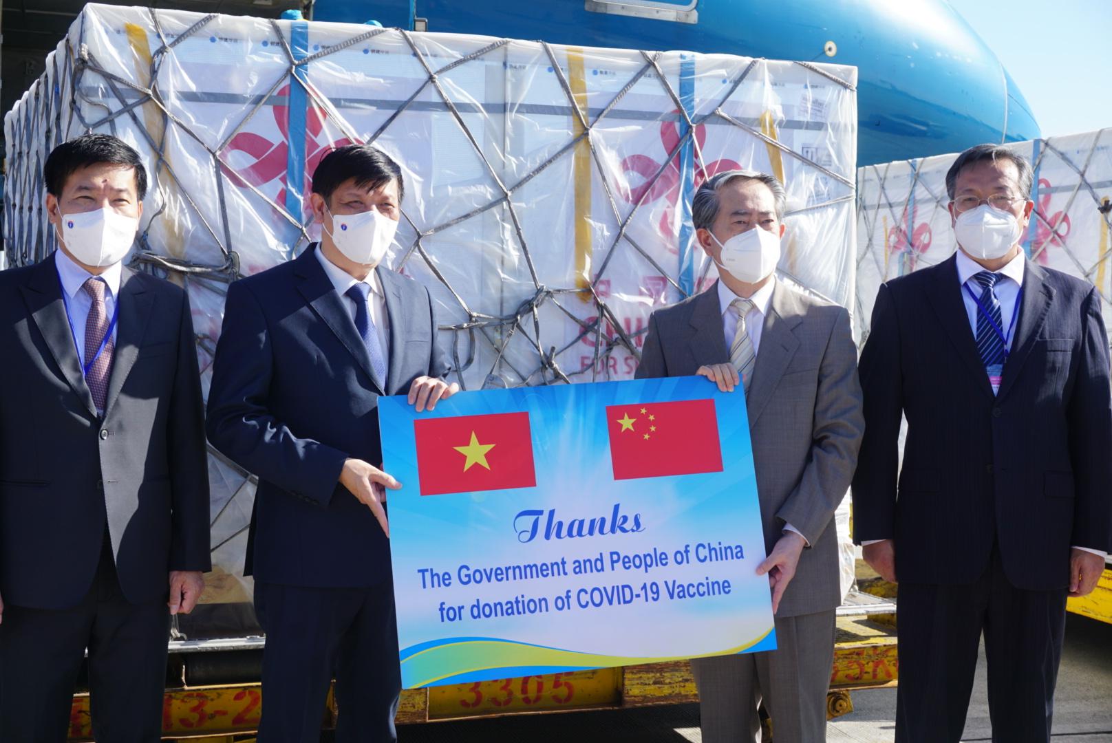 中国援助的新冠疫苗运抵越南