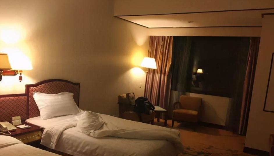 晚上住酒店为什么要尽量开着厕所灯,经常在外住宿的人说出原因